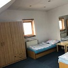 samostatnú izbu v podkroví v  rodinnom dome